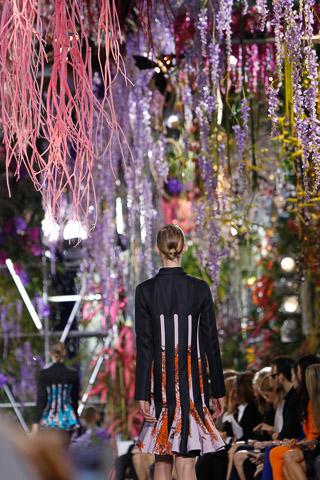 Dior-rtw-spring-2014-runway-flowers
