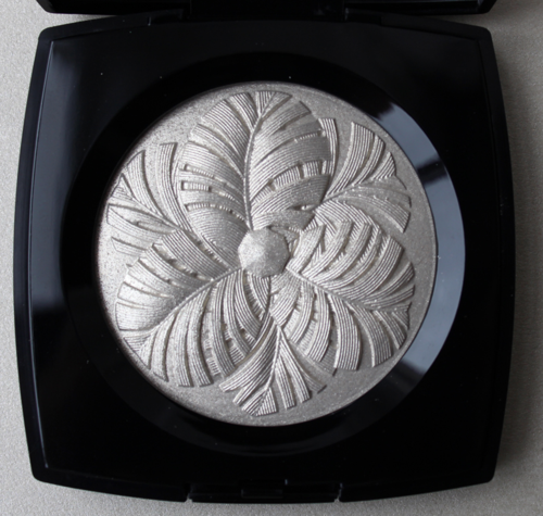Chanel Camelia de Plumes highlighter