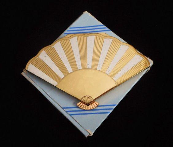 Henriette fan-shaped compact