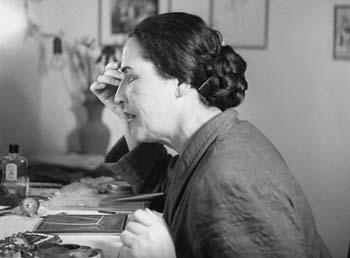 Hanna Rovina applying makeup, June 1949